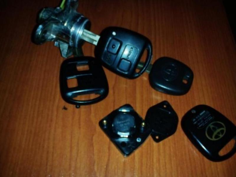 Vand Sistem inchidere pornire cu chei telecomanda originale Corolla 2001